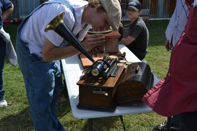 Adjusting a cylinder phonograph